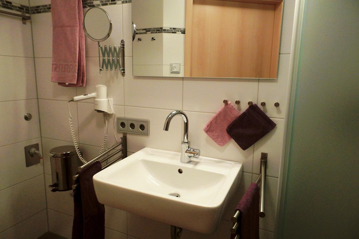 Fereinwohnung Burgunder Badezimmer